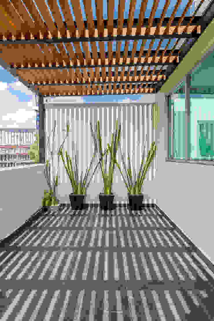 Terraza 6 emARTquitectura Arte y Diseño Balcones y terrazas clásicos Madera Beige