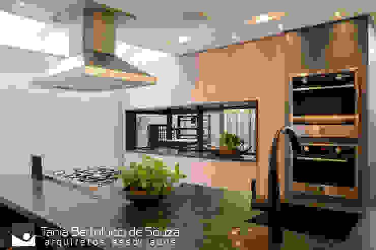 Residência Ildefonso Simões Lopes – 2019 Cozinhas modernas por Tania Bertolucci de Souza | Arquitetos Associados Moderno