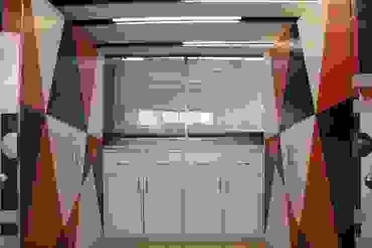 Ruang Studi/Kantor Klasik Oleh emARTquitectura Arte y Diseño Klasik Komposit Kayu-Plastik
