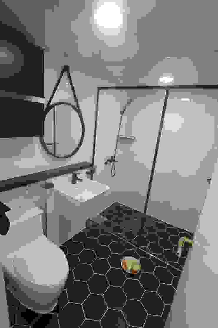Modern Bathroom by 조은날인테리어디자인 Modern