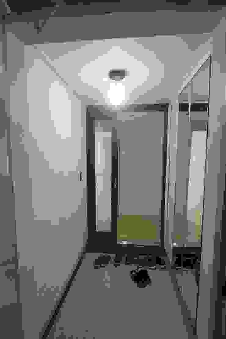 Modern Corridor, Hallway and Staircase by 조은날인테리어디자인 Modern