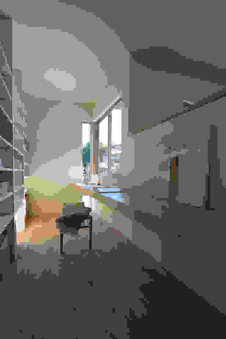 Oficinas y bibliotecas de estilo moderno de NASU CLUB Moderno Madera Acabado en madera
