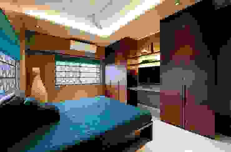 Brothers room wardrobe cum TV unit Minimalist bedroom by SPACE DESIGN STUDIOS Minimalist