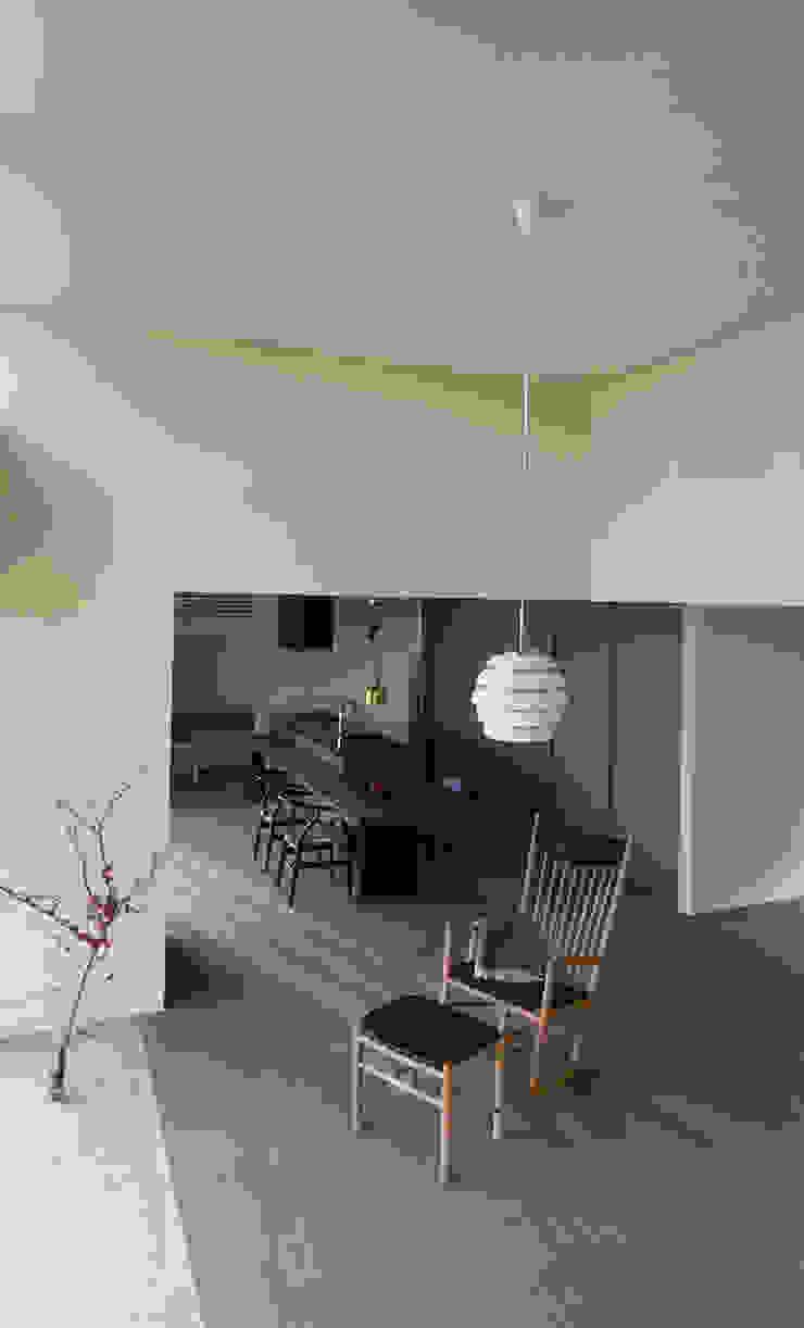 Ruang Keluarga Modern Oleh NASU CLUB Modern Kayu Wood effect