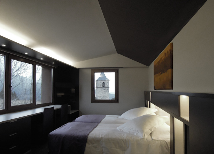 Reforma hotel Dormitorios de estilo rural de SANTI VIVES ARQUITECTURA EN BARCELONA Rural
