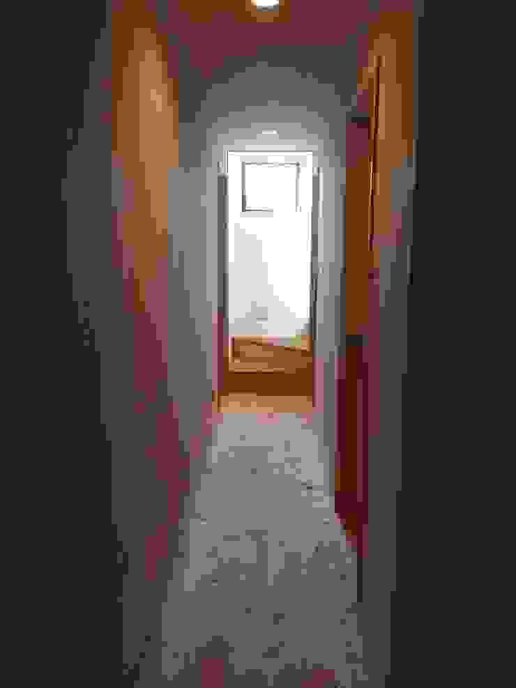Skandynawski korytarz, przedpokój i schody od 株式会社高野設計工房 Skandynawski