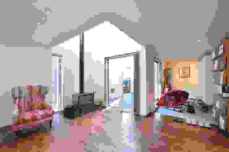 居間よりもうひとつの「内庭」と玄関土間をみる。 オリジナルデザインの リビング の 空間工房株式会社 オリジナル 木 木目調
