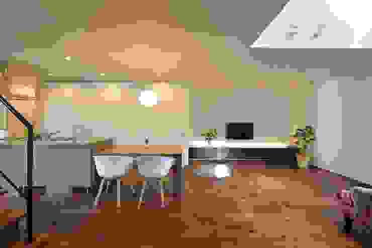 居間よりダイニングキッチンをみる オリジナルデザインの ダイニング の 空間工房株式会社 オリジナル 木 木目調
