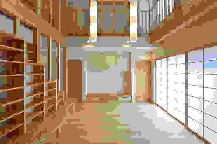 居間にある本棚: 空間工房株式会社が手掛けた折衷的なです。,オリジナル 木 木目調