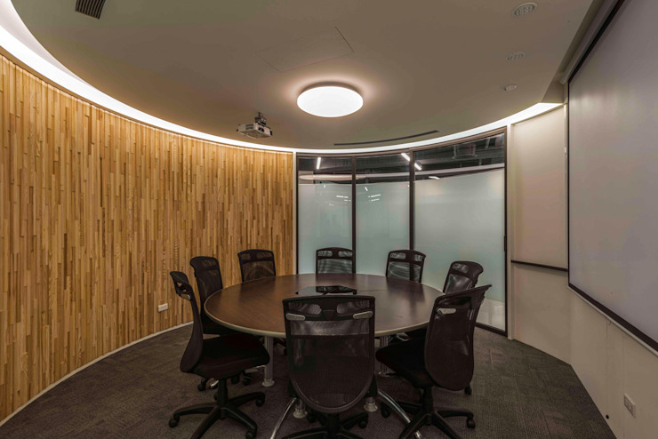 圓形入口處內 根據 亚卡默设计 Akuma Design 工業風 水泥
