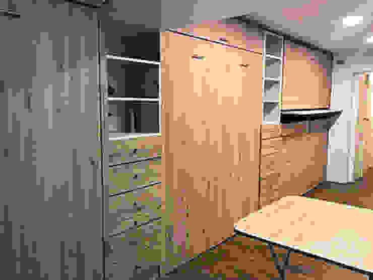 Cama abatible vertical con muebles a medida e iluminación Kamas y Petacas Dormitorios pequeños Aglomerado Acabado en madera