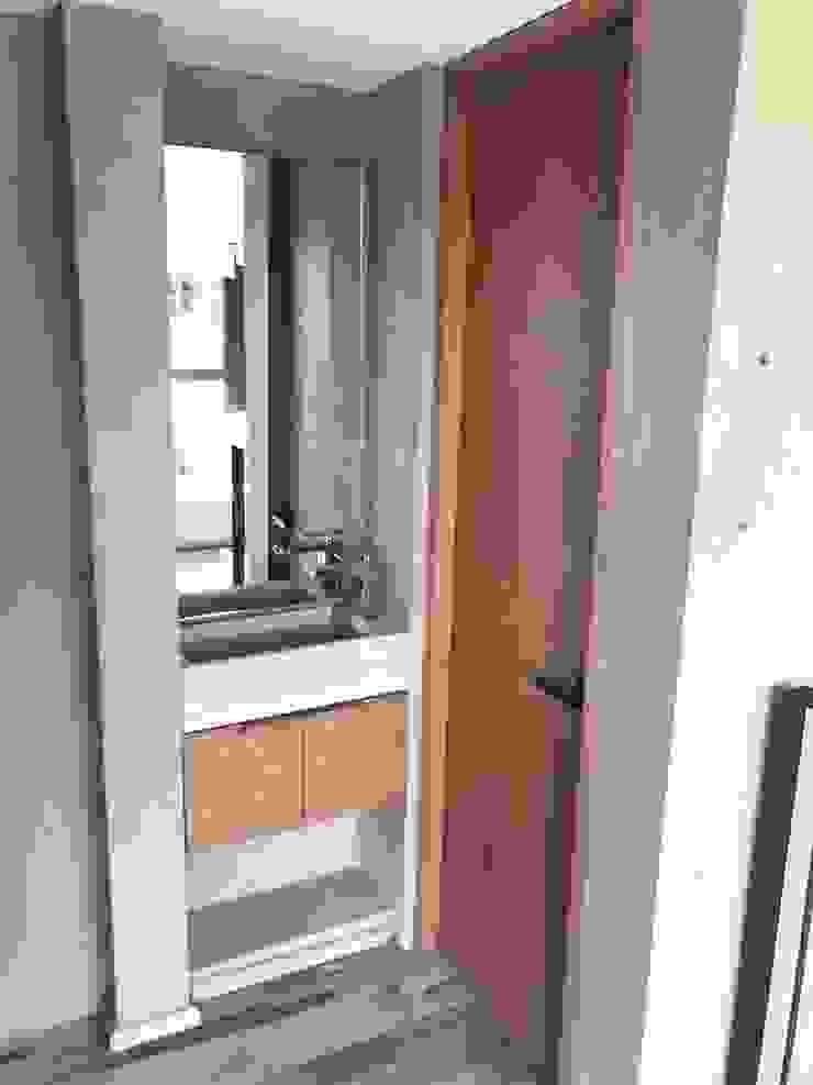 Puerta baño MOKALI Carpintería Residencial Baños modernos