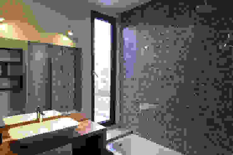 Casa Los Abetos | Baño Baños de estilo moderno de Irene Escobar Doren Moderno
