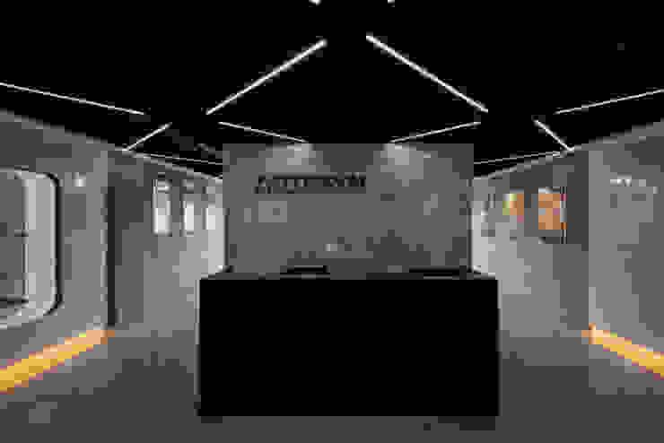 穿透感大廳 根據 亚卡默设计 Akuma Design 現代風 水泥