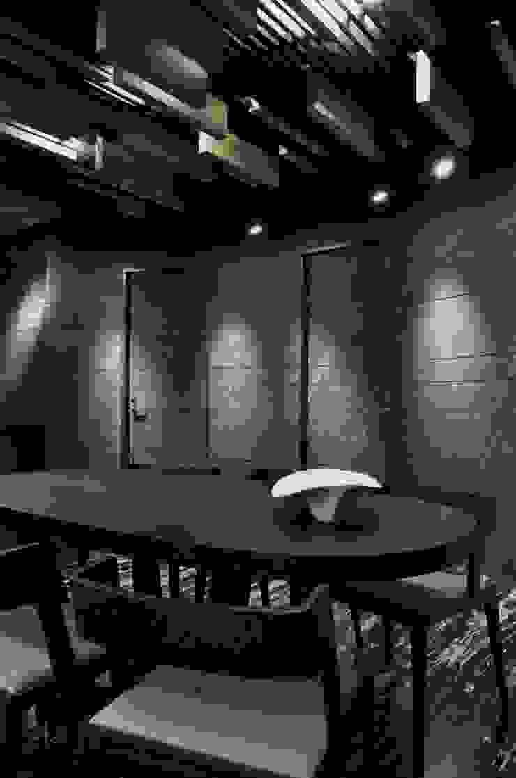餐廳 根據 亚卡默设计 Akuma Design 現代風 石板