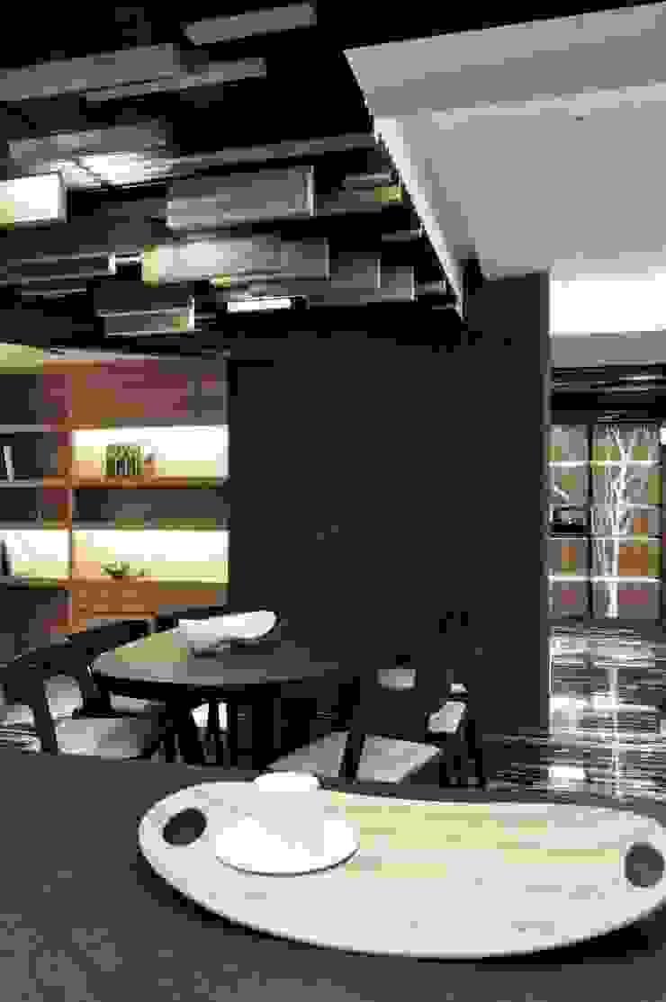 餐廳與形象牆關係 根據 亚卡默设计 Akuma Design 現代風 木頭 Wood effect