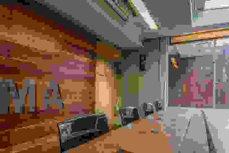 會議室 根據 亚卡默设计 Akuma Design 工業風 塑木複合材料