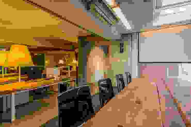 大會議室與辦公室 根據 亚卡默设计 Akuma Design 工業風 水泥