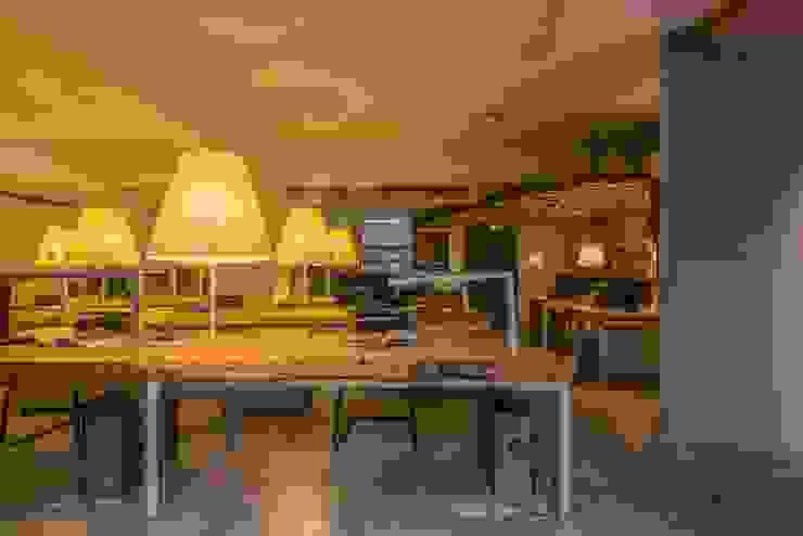 辦公室 根據 亚卡默设计 Akuma Design 工業風 水泥