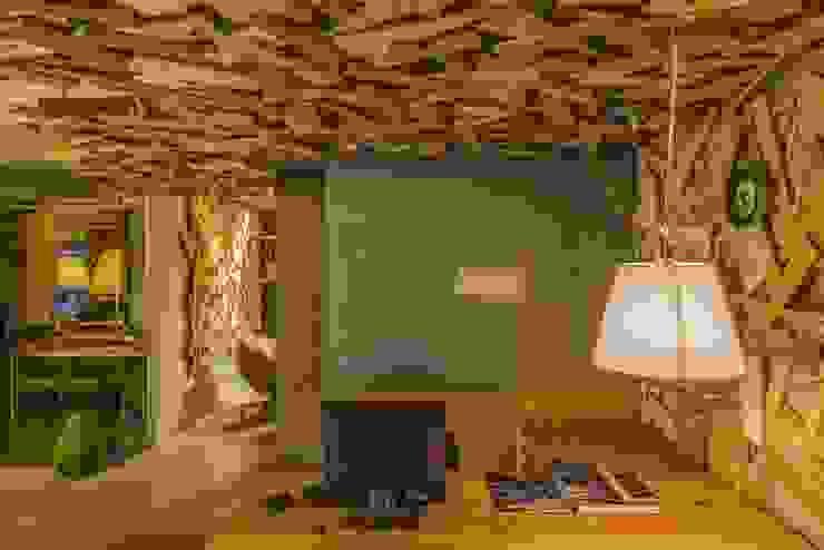 辦公室 根據 亚卡默设计 Akuma Design 工業風 塑木複合材料