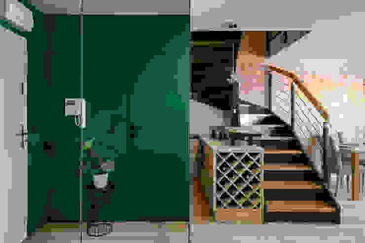Mieszkanie miłośniczki designu i mody Nowoczesny korytarz, przedpokój i schody od Q2Design Nowoczesny