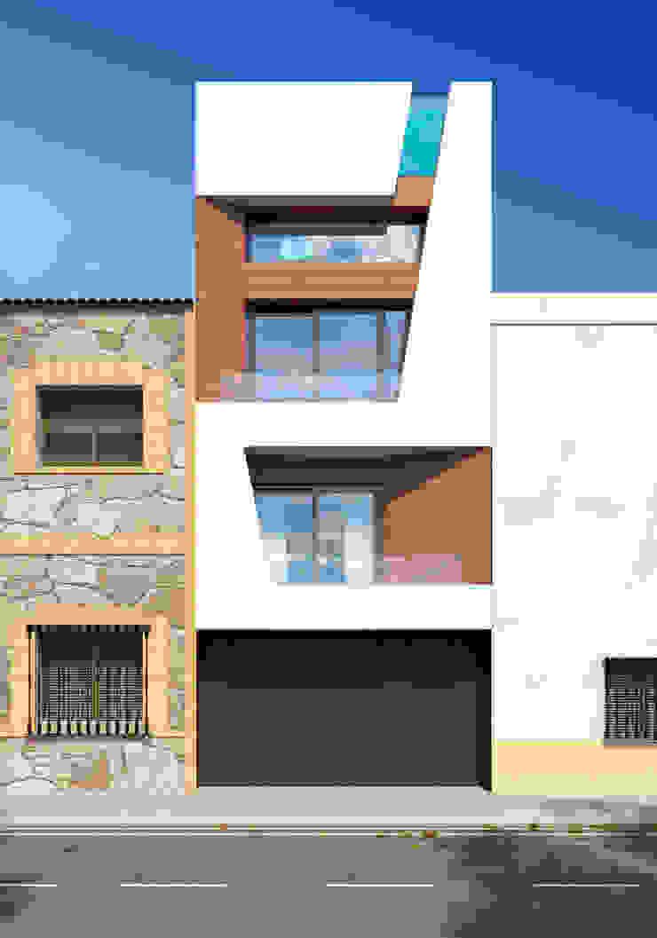 Fachada estrecha vivienda unifamiliar. Valencia de Barreres del Mundo Architects. Arquitectos e interioristas en Valencia. Moderno