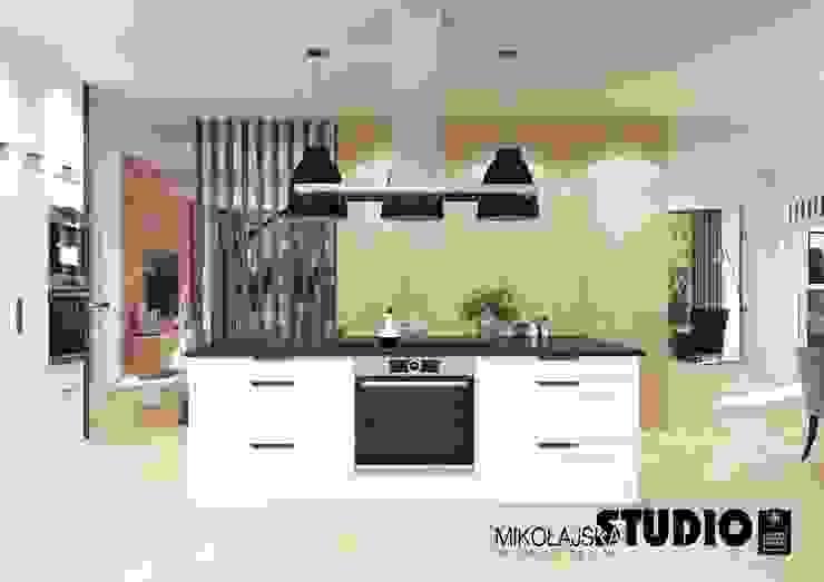 biała wyspa kuchenna Eklektyczna kuchnia od MIKOŁAJSKAstudio Eklektyczny