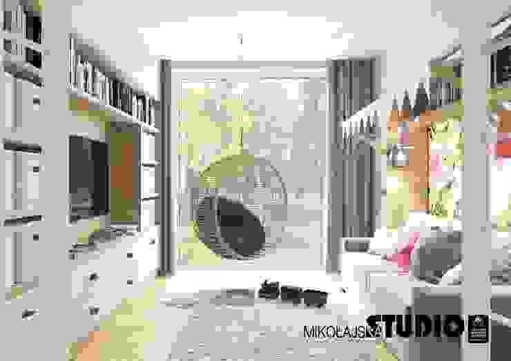 przytulny pokój rodzinnej rekreacji Eklektyczny pokój multimedialny od MIKOŁAJSKAstudio Eklektyczny