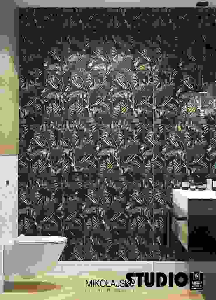 piękna tapeta w łazience Eklektyczna łazienka od MIKOŁAJSKAstudio Eklektyczny