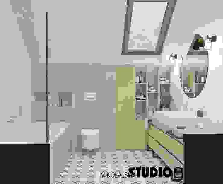 łazienka z wanną Eklektyczna łazienka od MIKOŁAJSKAstudio Eklektyczny