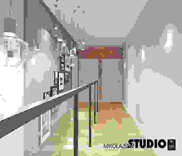interesujący korytarz Eklektyczny korytarz, przedpokój i schody od MIKOŁAJSKAstudio Eklektyczny