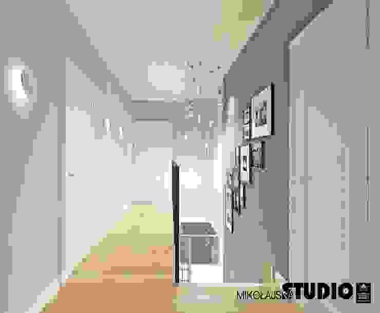 piękne lampy w korytarzu Eklektyczny korytarz, przedpokój i schody od MIKOŁAJSKAstudio Eklektyczny