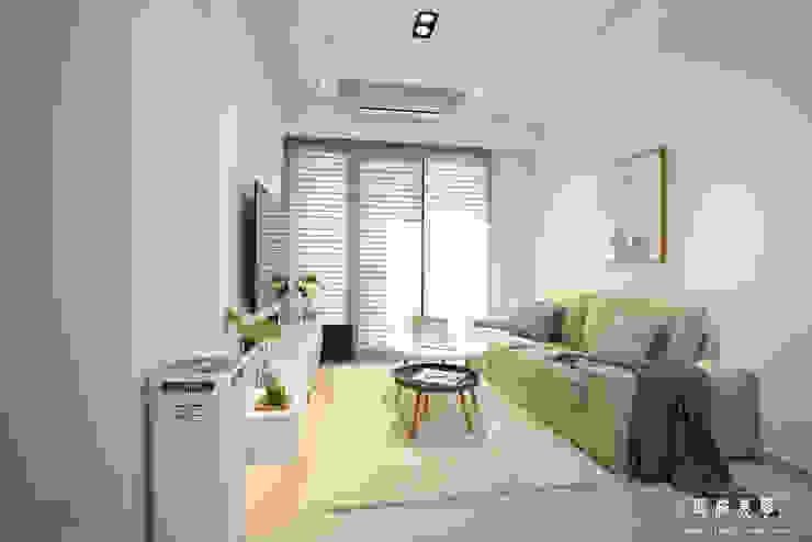 白灰之間 现代客厅設計點子、靈感 & 圖片 根據 匠將室內裝修設計股份有限公司 現代風
