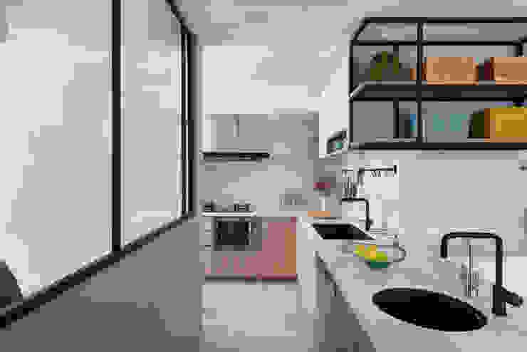 馨之所向 現代廚房設計點子、靈感&圖片 根據 知域設計 現代風