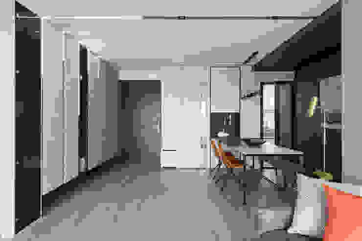 光影迴廊 現代風玄關、走廊與階梯 根據 知域設計 現代風