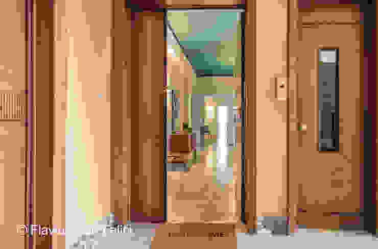 Couloir, entrée, escaliers modernes par Flavia Case Felici Moderne