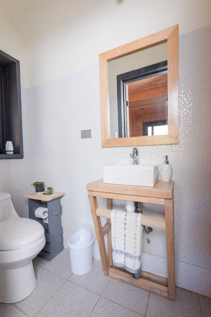 Casa Rural Baños de estilo moderno de casa rural - Arquitectos en Coyhaique Moderno