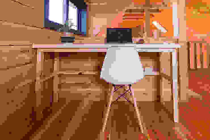 Casa Rural Oficinas y bibliotecas de estilo moderno de casa rural - Arquitectos en Coyhaique Moderno