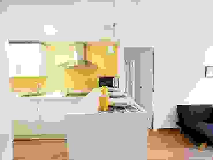 Reforma a bajo coste de vivienda en Andalucía Cocinas de estilo minimalista de POA Estudio Arquitectura y Reformas en Córdoba Minimalista Cerámico