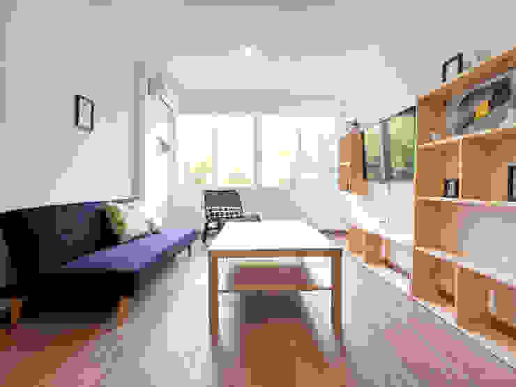 Reforma integral para actualizar una vivienda en el centro de Córdoba Salones de estilo minimalista de POA Estudio Arquitectura y Reformas en Córdoba Minimalista Cerámico