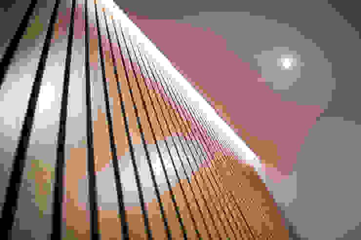 Parete rivestita con lamelle in rovere e fondo in nero antracite opaco Ingresso, Corridoio & Scale in stile asiatico di Architetto Marco Bartolucci Asiatico