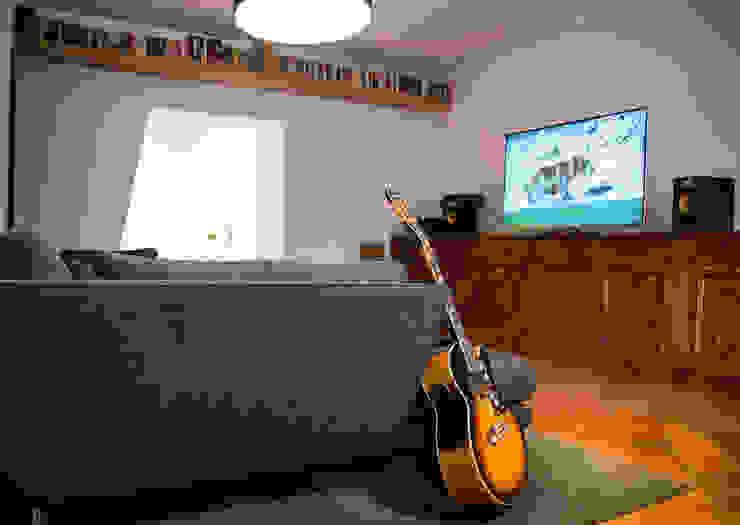 Vista dal soggiorno al varco obliquo con mensolone in rovere Soggiorno in stile asiatico di Architetto Marco Bartolucci Asiatico