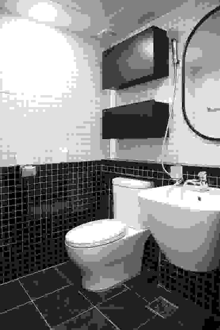 Modern Bathroom by 바른인테리어 Modern