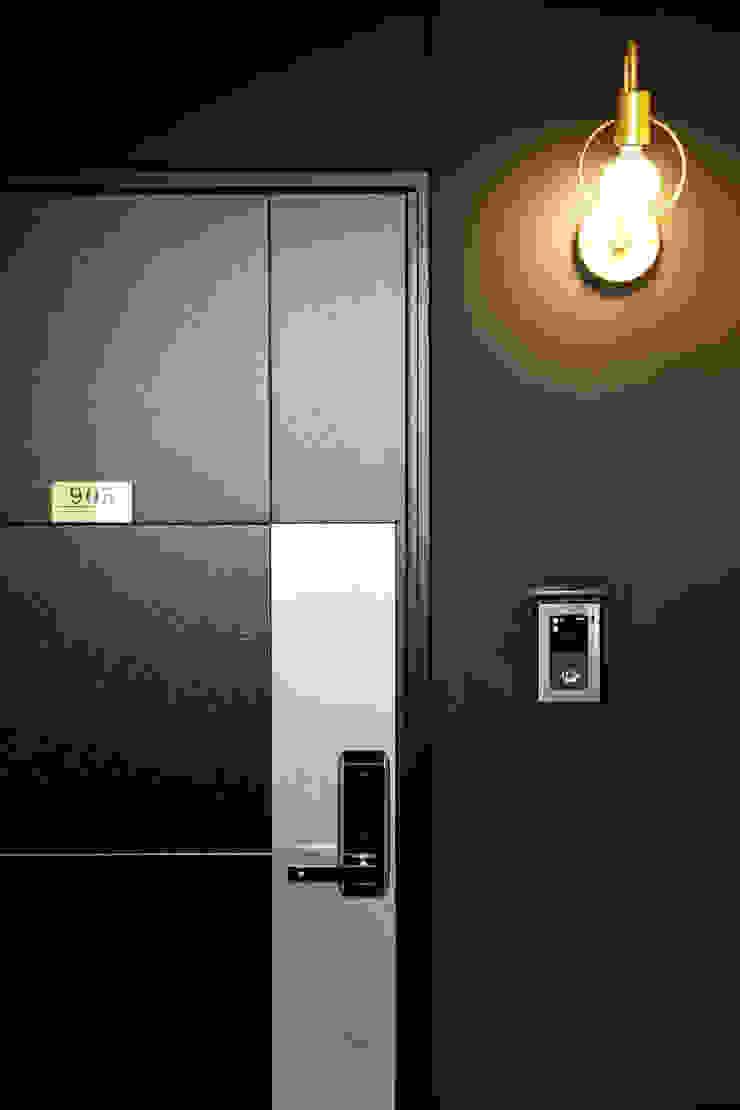 Modern Corridor, Hallway and Staircase by 바른인테리어 Modern