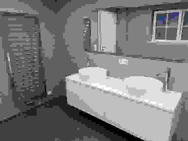 Casas de banho modernas por Keramostone Moderno Azulejo