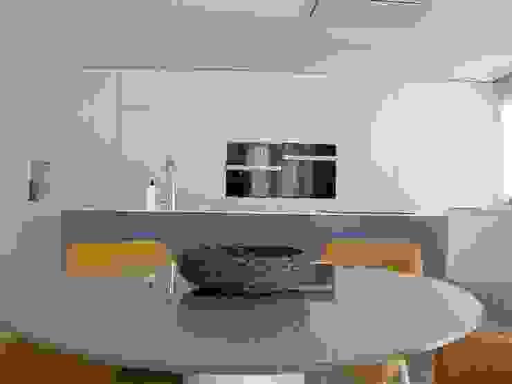 Cocina con isla central. DYOV STUDIO Arquitectura, Concepto Passivhaus Mediterraneo 653 77 38 06 Cocinas integrales Compuestos de madera y plástico Blanco