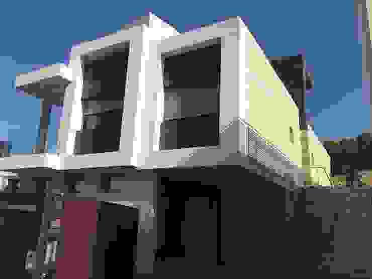 Fachada de acceso. de DYOV STUDIO Arquitectura, Concepto Passivhaus Mediterraneo 653 77 38 06 Moderno Mármol