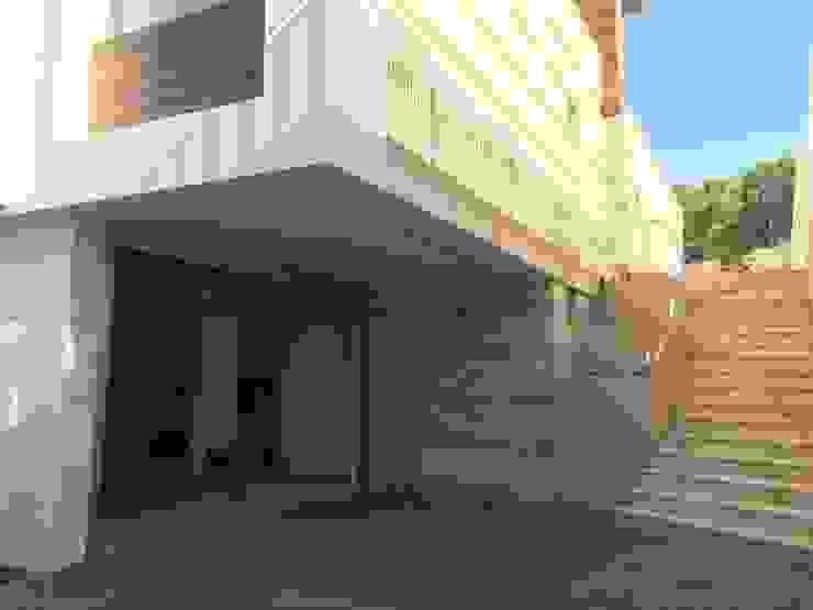 Acceso a rodado y peatonal. de DYOV STUDIO Arquitectura, Concepto Passivhaus Mediterraneo 653 77 38 06 Moderno Mármol
