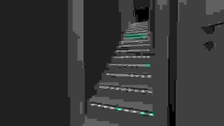 Escada com Patamar em Silestone Sued Beige e LEDs Xennon, com Balisadores Dimerizados! por Arch Design Concept Moderno Mármore