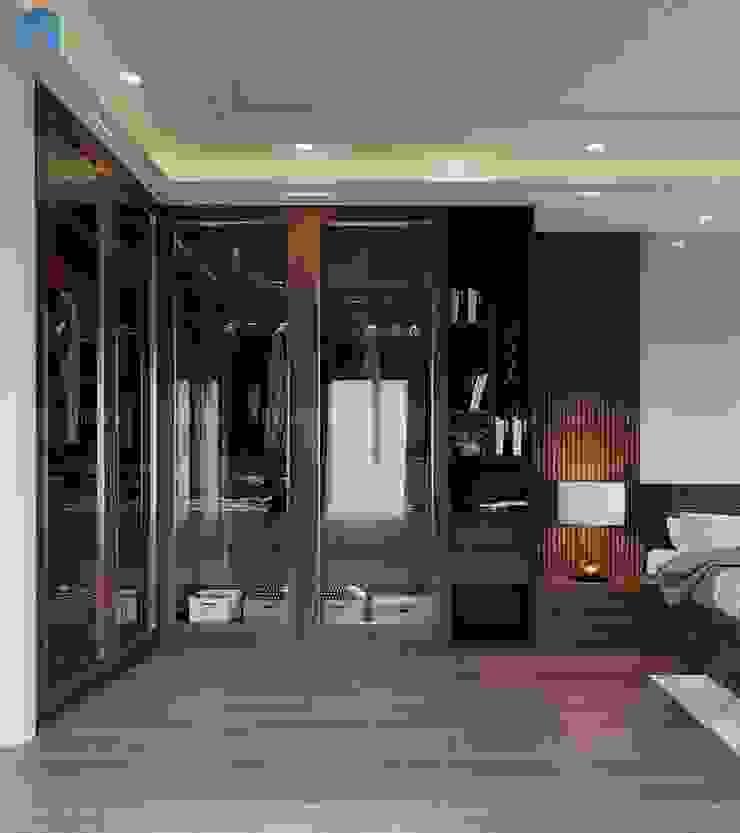 Tủ quần áo âm tường cửa kính tiện lợi có phong cách cổ điển, giúp việc tìm kiếm đồ đạc dễ dàng cũng như tạo thành một không gian trưng bày độc đáo. Phòng ngủ phong cách hiện đại bởi Công ty TNHH Nội Thất Mạnh Hệ Hiện đại Gỗ thiết kế Transparent